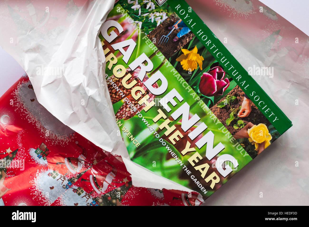 Desenvolver jardín regalo de Navidad - Royal Horticultural Society jardinería a través del libro Imagen De Stock