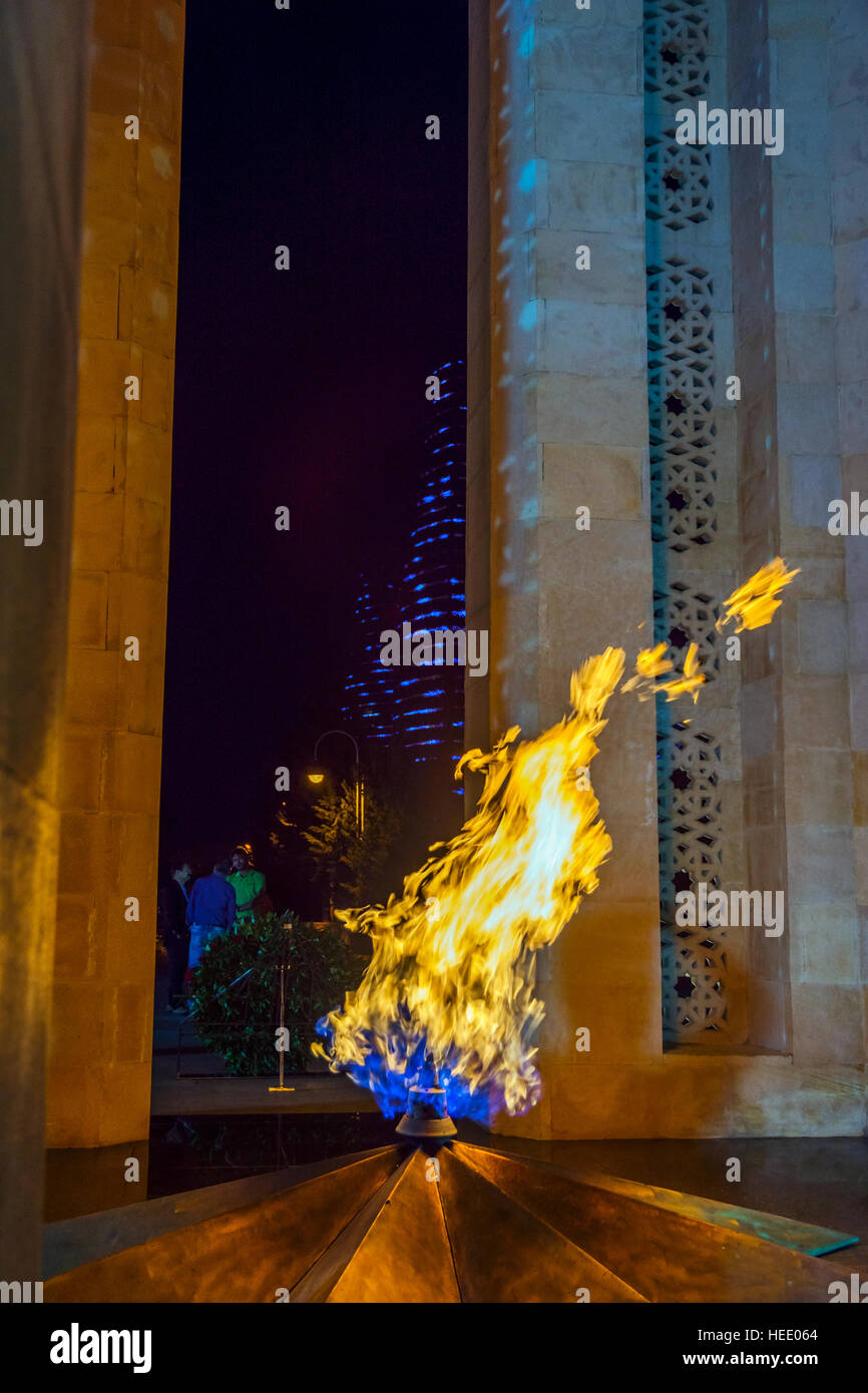 Fuego eterno quemando Dagustu parque por la noche, Baku, Azerbaiyán.Foto de stock