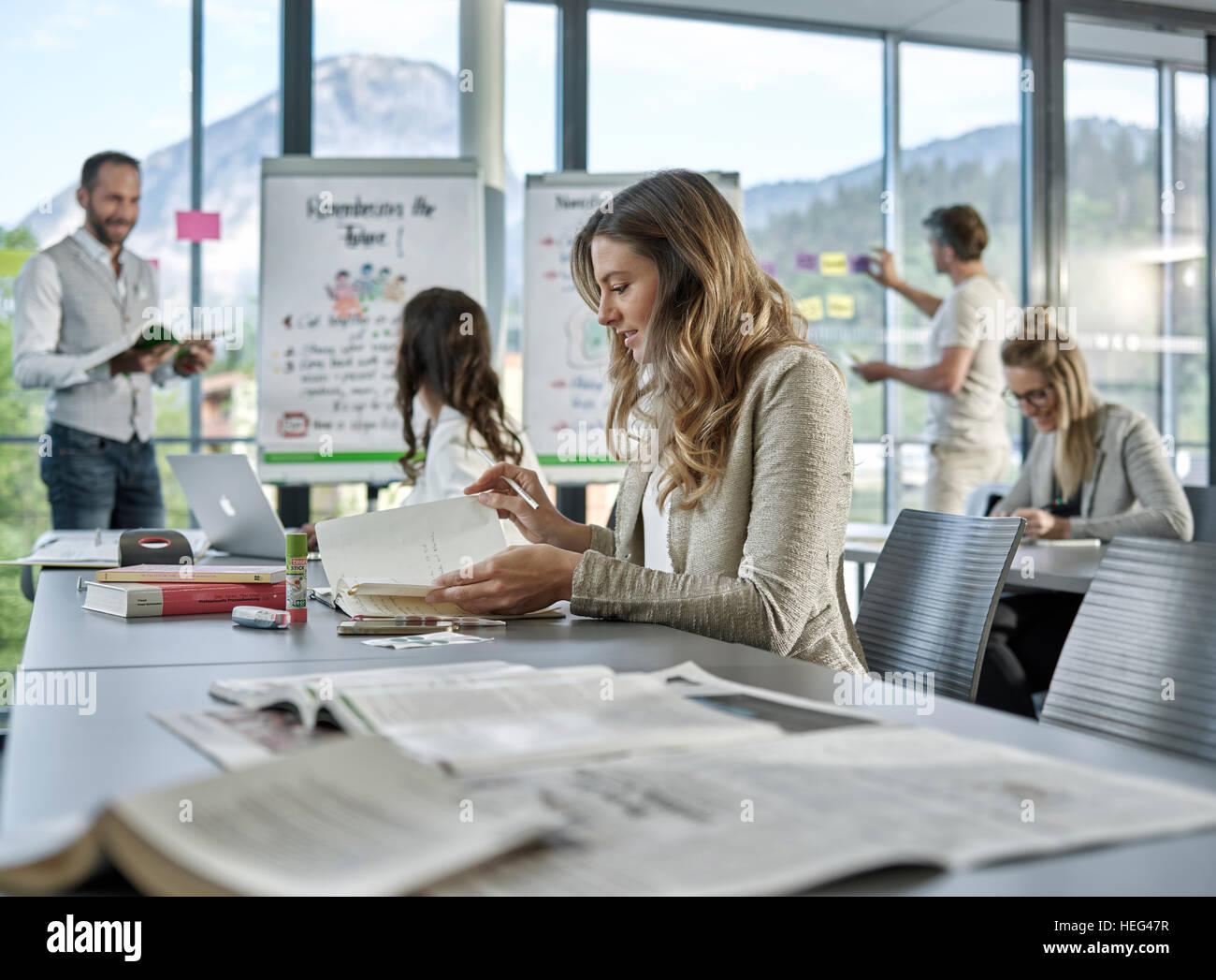 El trabajo en equipo creativo, presentación, lluvia de ideas, proyectos de trabajo, talleres, capacitación, Imagen De Stock