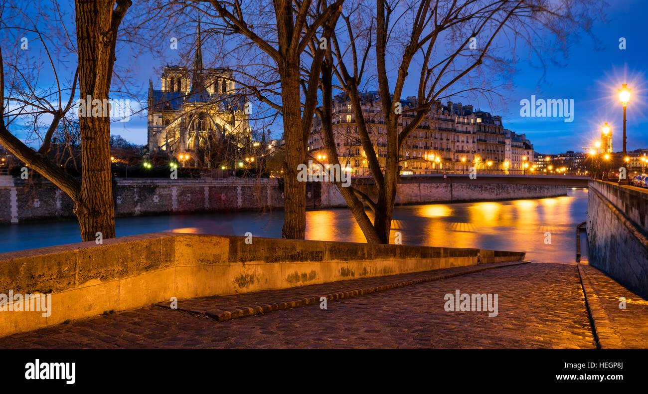 Crepúsculo en la Catedral de Notre Dame y a orillas del río Sena de Ile Saint Louis. 4Th Arrondissement, París, Francia Foto de stock