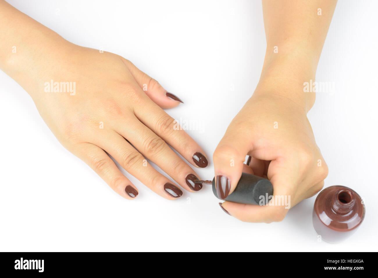 Mujer Pintar Las Uñas Con Esmalte De Uñas Sobre Fondo Blanco