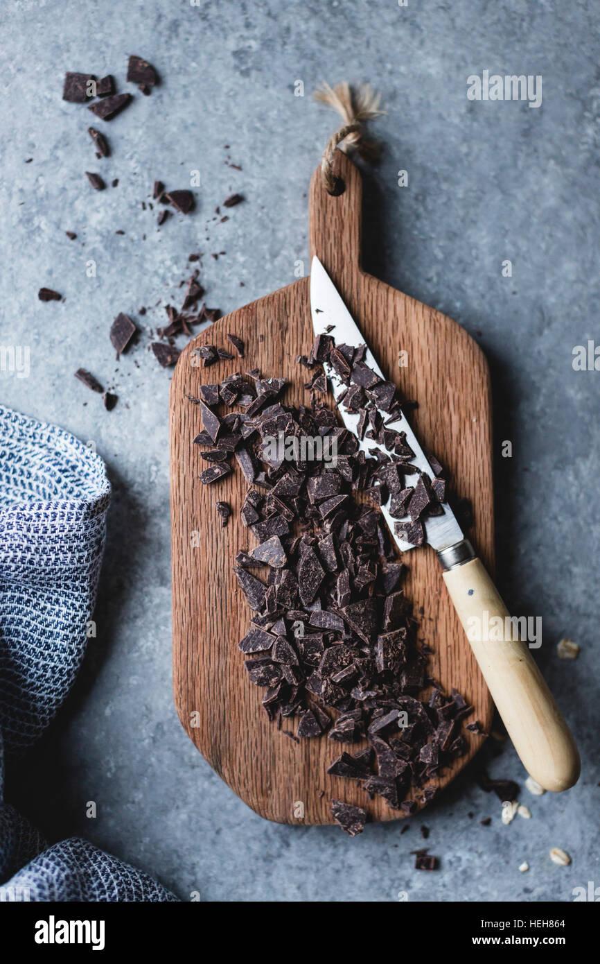 Chocolate picado sobre una tabla de cortar Foto de stock