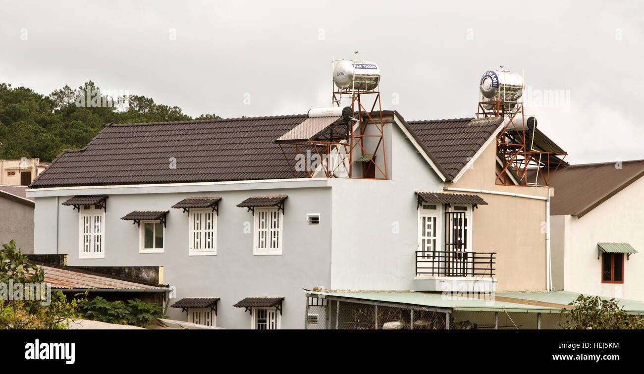 Calentadores solares de agua con tanques instalados en los tejados. Imagen De Stock