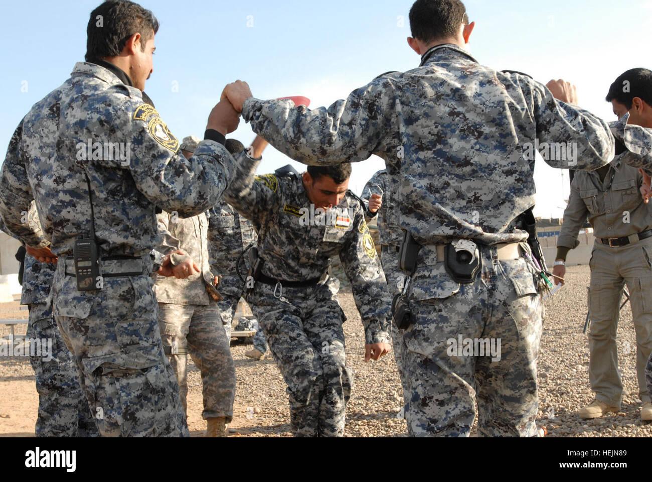La policía nacional iraquí de la 1ª brigada mecanizada de NP, celebrar sus camaradas victoria por Imagen De Stock