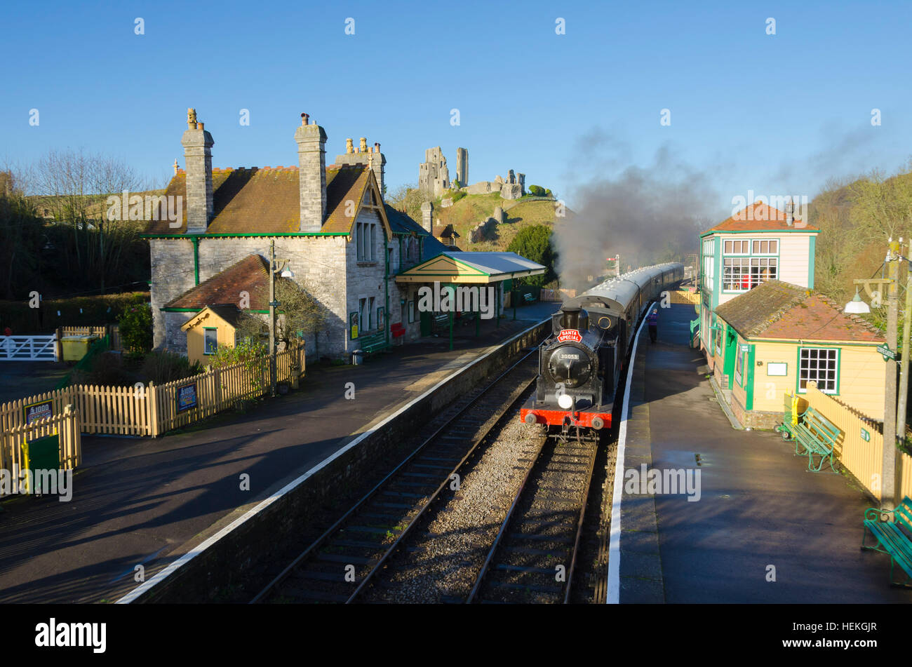 El castillo Corfe, en Dorset, Reino Unido. El 22 de diciembre de 2016. El Swanage Railway Santa especial pasando Imagen De Stock