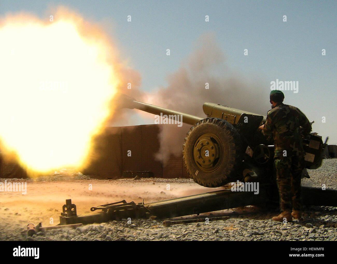 QALAT, Afganistán- Un artilleryman desde la 205ª del Ejército Nacional Afgano Corps desencadena una Imagen De Stock