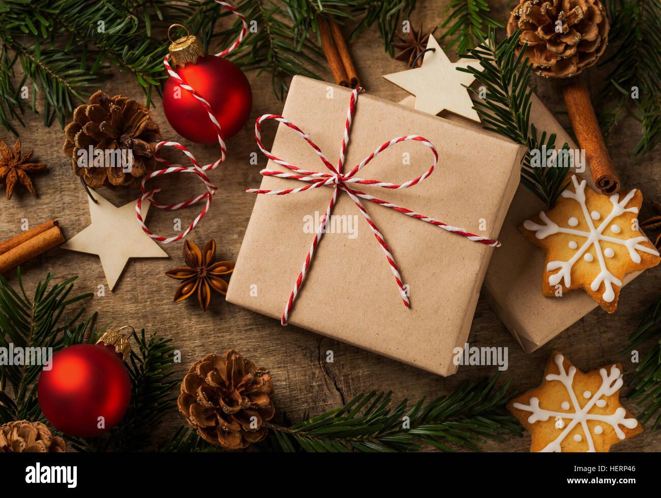 Regalo de navidad envueltos en papel kraft con decoración natural Imagen De Stock