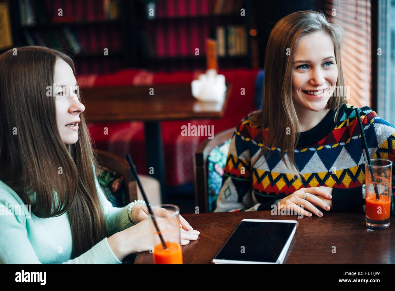 Amigas comunicarse en un café Foto de stock