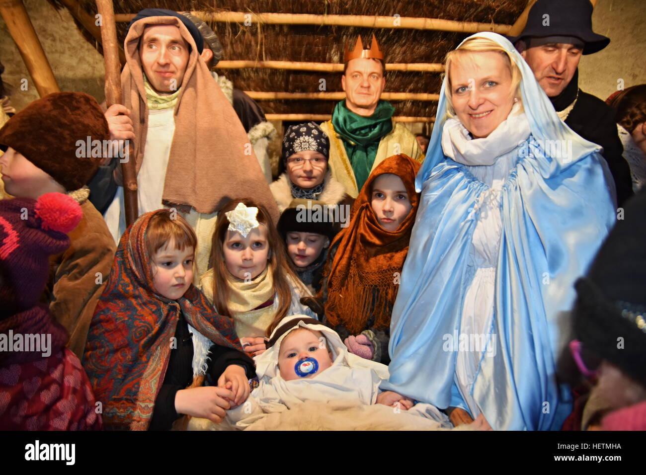 Pesebre navideño del nacimiento de Jesús en una antigua casa rural ...