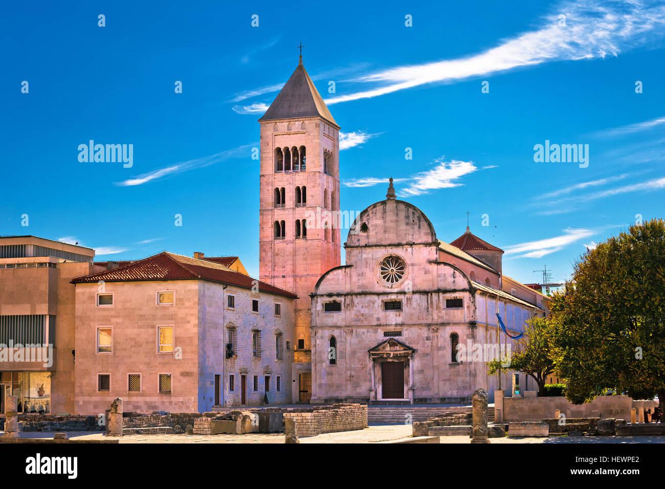 Zadar histórica iglesia romana y artefactos en la plaza Vieja, Dalmacia, Croacia Imagen De Stock