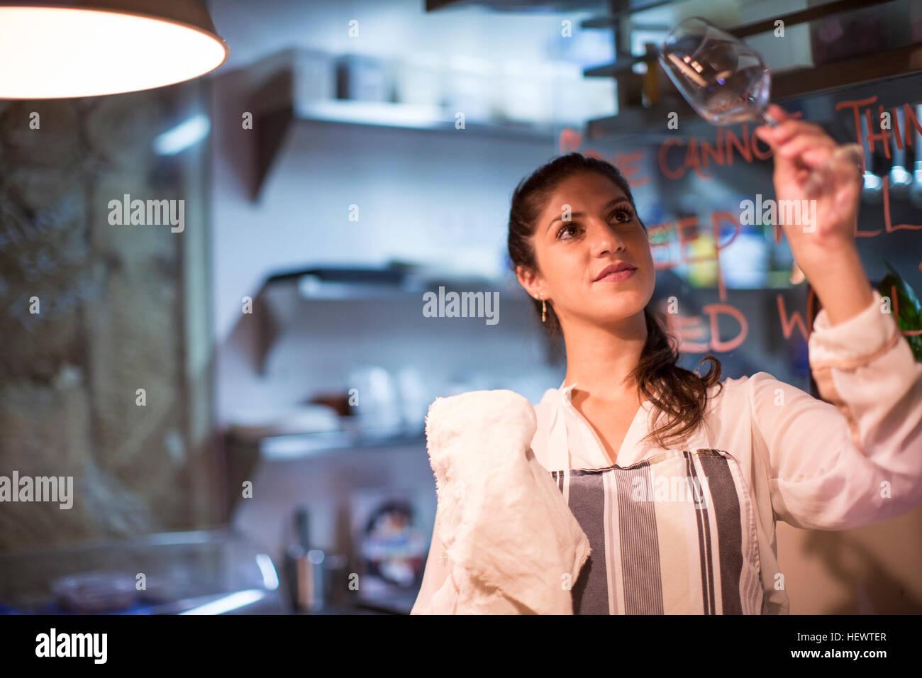 Dueño de restaurante controlar vaso de vino en la cocina Imagen De Stock