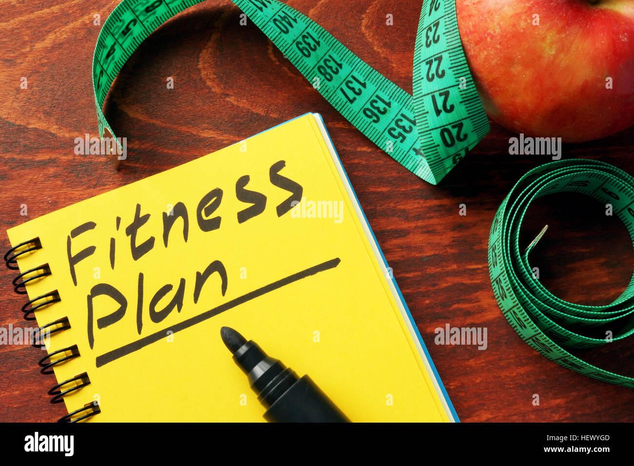 Plan de Fitness escrito en una nota. Concepto de estilo de vida saludable. Imagen De Stock