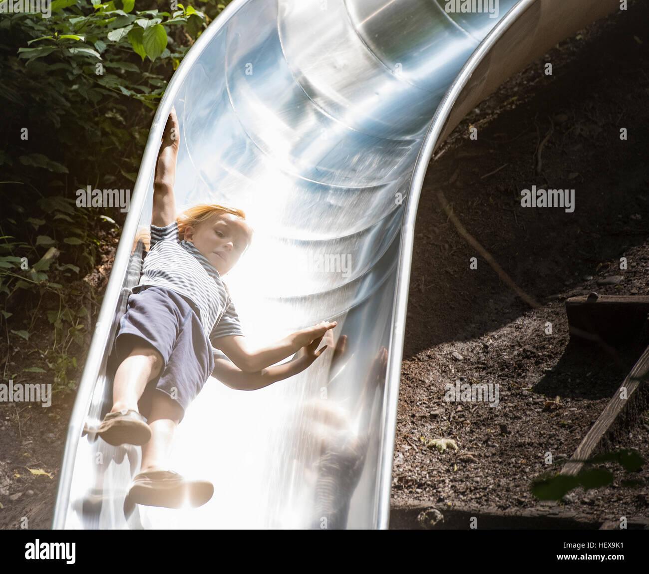 Chico bajando playground diapositiva Imagen De Stock