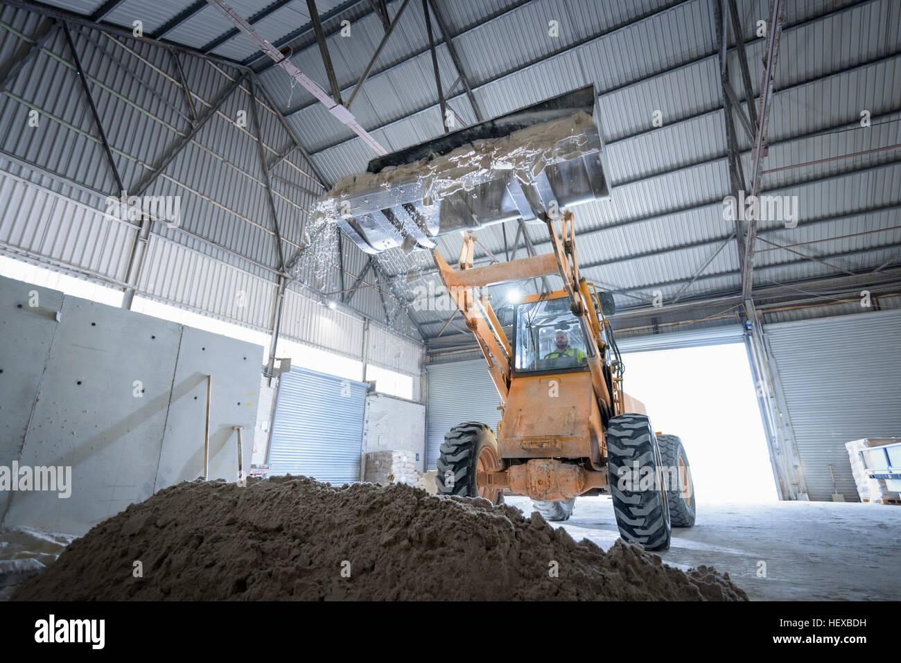 Excavadora con arena en fábrica de piedra arquitectónica Imagen De Stock
