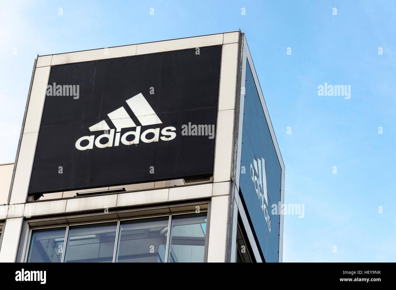 Logotipo de Adidas fuera del almacén, Berlín, Alemania Imagen De Stock