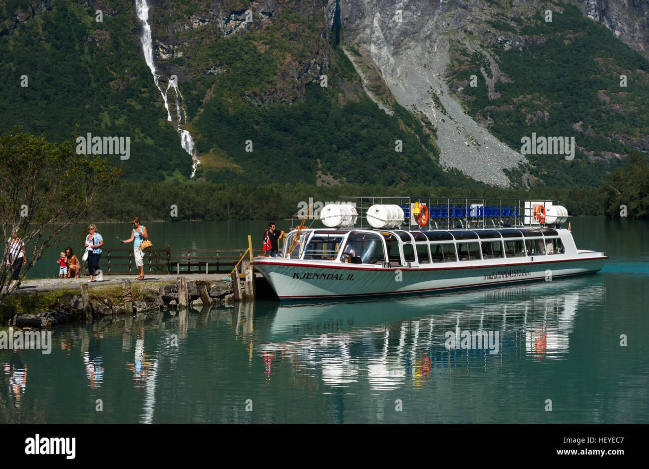Un escénico viaje en barco por las aguas del lago Lovatnet, parque nacional de Jostedalsbreen. Cerca de Loen. Imagen De Stock