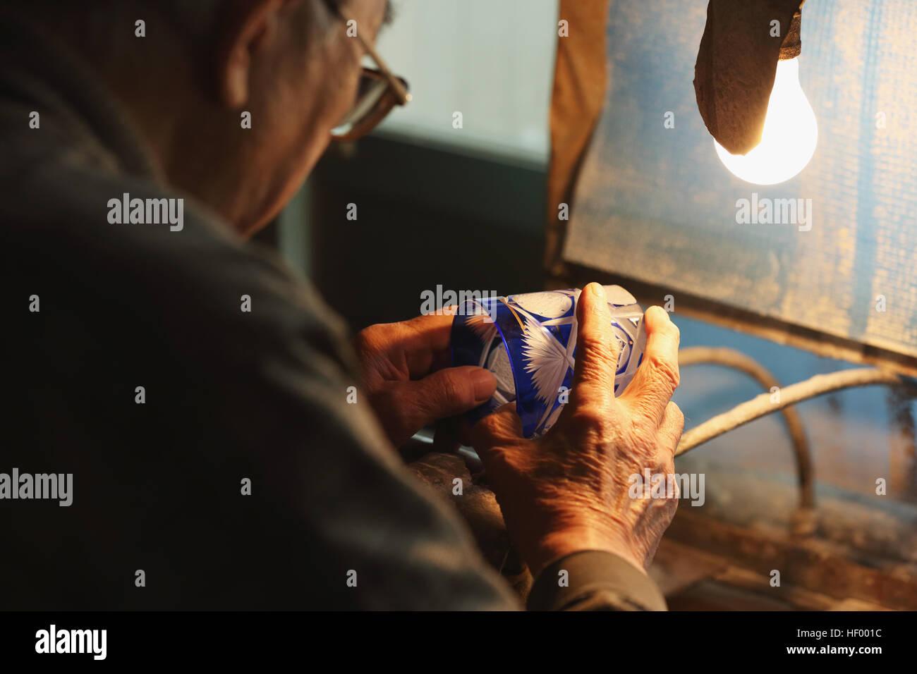 Edo Kiriko cristalería artesanal tradicional japonés trabajando en el estudio Foto de stock