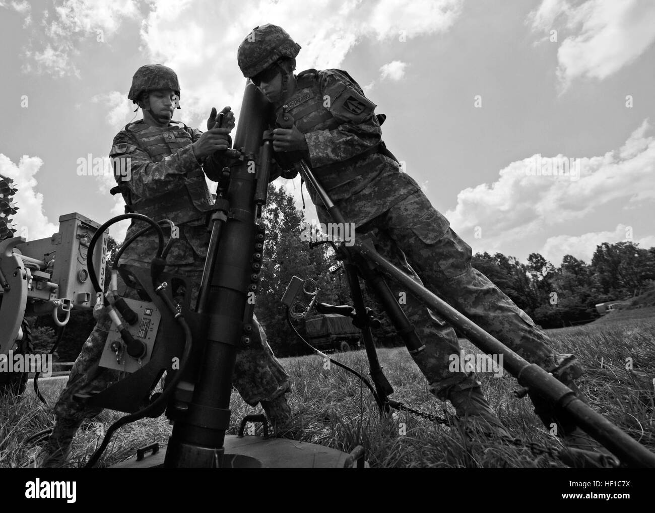 Ejército de EE.UU. PFC. Dalton Ellenberger, y SPC. Ian Justiniano, tanto con la Sede y la Sede Compañía, 1er Batallón, 293.er Regimiento de Infantería de la Guardia Nacional del Ejército, Indiana, preparar un sistema de mortero de 120mm para disparar en Camp Atterbury en Edimburgo, Indiana, el 13 de julio de 2013. (Ee.Uu. Guardia Nacional del Ejército Foto por John Crosby/liberado) Indiana soldados fuego de mortero nuevos sistemas en Atterbury 130713-Z-MG787-002 Foto de stock