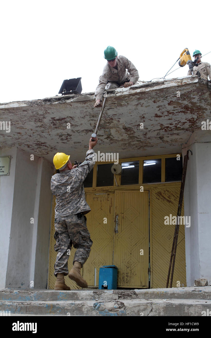 El Sargento del Ejército de Estados Unidos. Phil E. Chavez con la 176ª Compañía de Ingenieros (Vertical), 96A, Mando Foto de stock