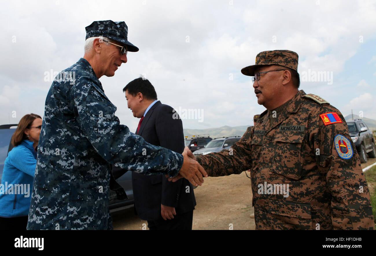 El Teniente General Ts. Byambajav (derecha), Jefe del Estado Mayor General de las fuerzas armadas de Mongolia, saluda Foto de stock