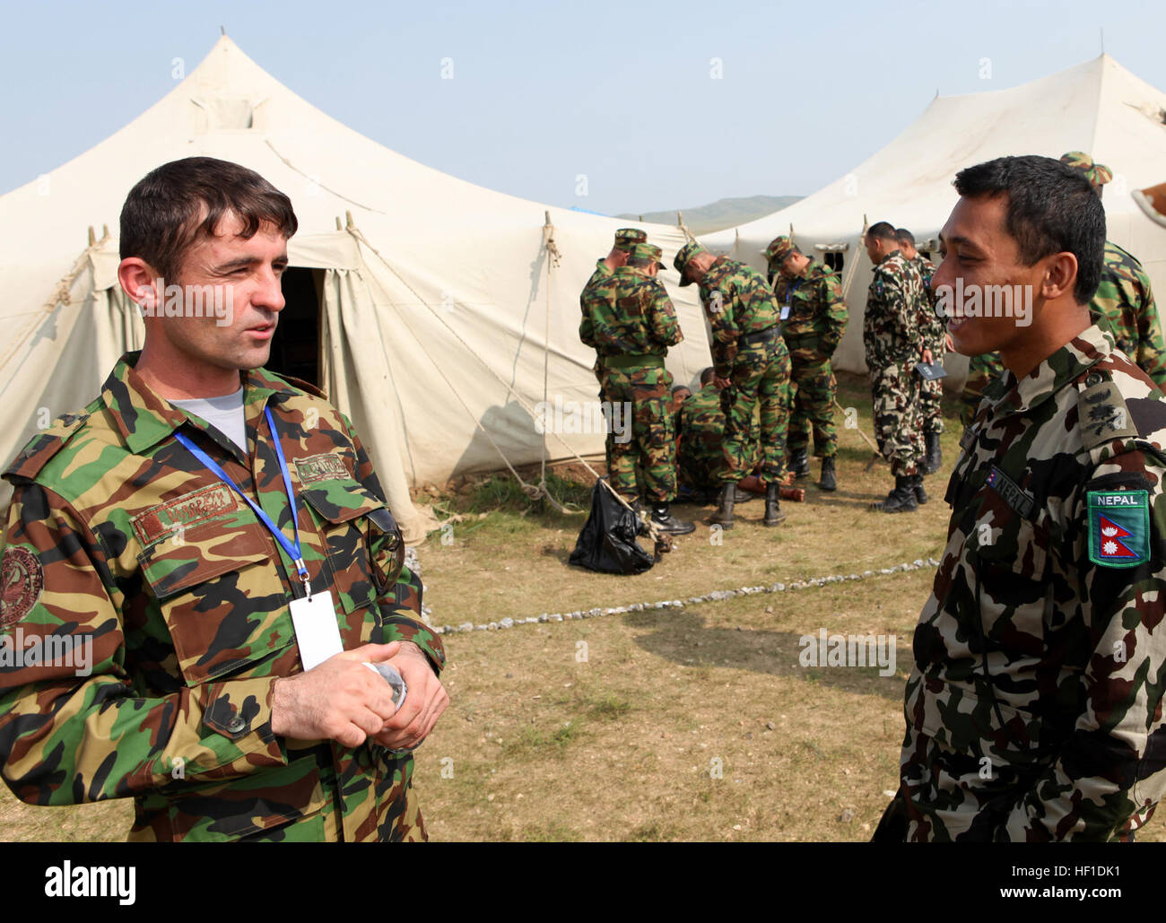 My Odinamamadov Shamshod (izquierda), un pelotón del batallón de mantenimiento de la paz con el comandante del ejército, Foto de stock