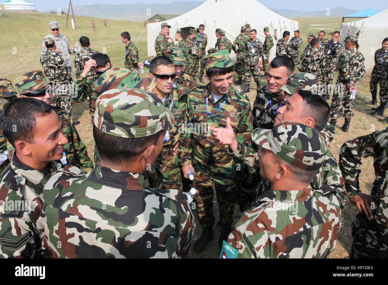 Los soldados de los ejércitos de Nepal y Tayikistán se toman un descanso fuera la información carpas en el área Foto de stock