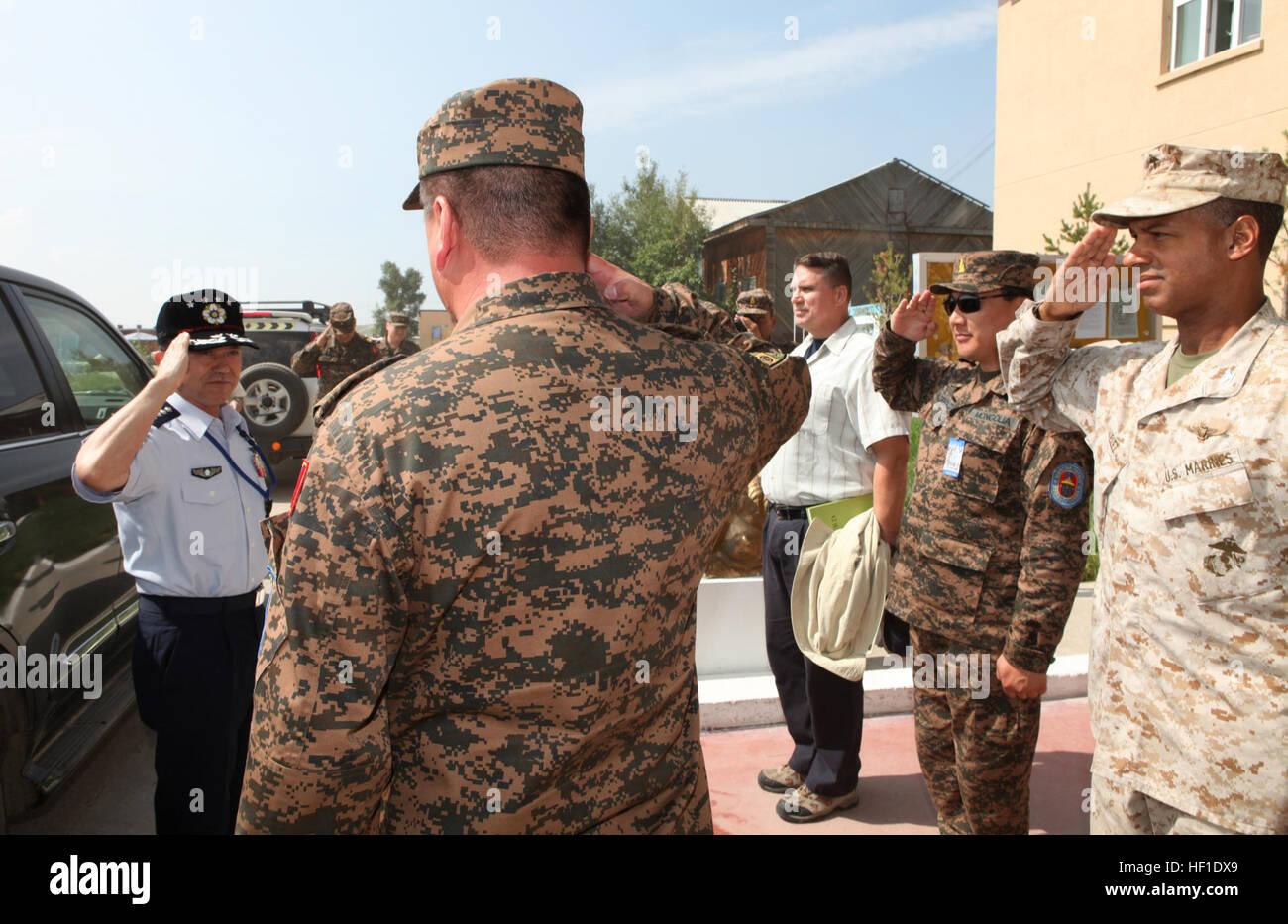 El coronel Héctor Vélez (derecha), director de ejercicio de EE.UU. para 2013, y Quest Khaan fuerzas armadas de Mongolia Foto de stock