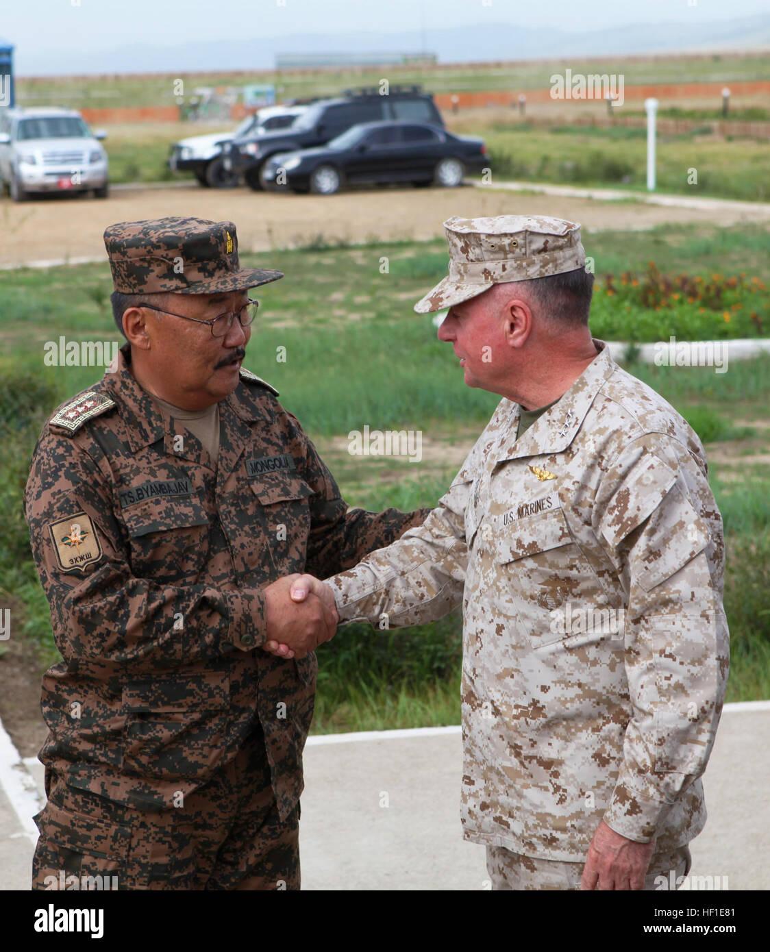 El Teniente General Ts. Byambajav, Jefe del Estado Mayor General de las fuerzas armadas de Mongolia, saluda al Teniente Foto de stock
