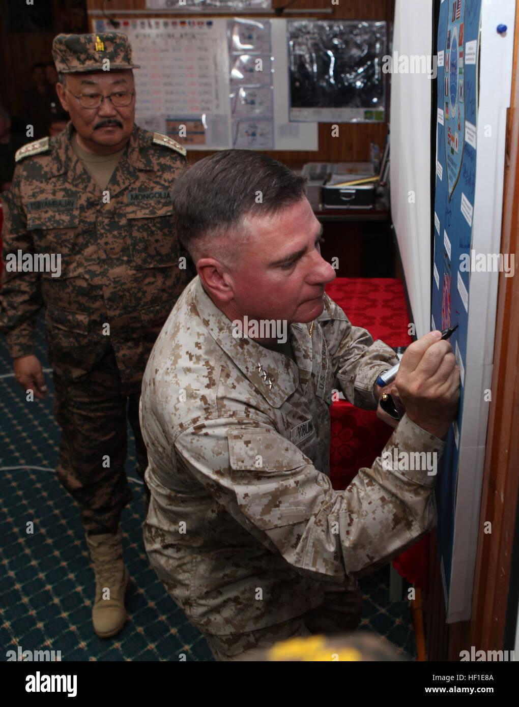 El teniente coronel Terry G. Robling, comandante de fuerzas de infantería de marina de los EE.UU. Pacífico, firma Foto de stock