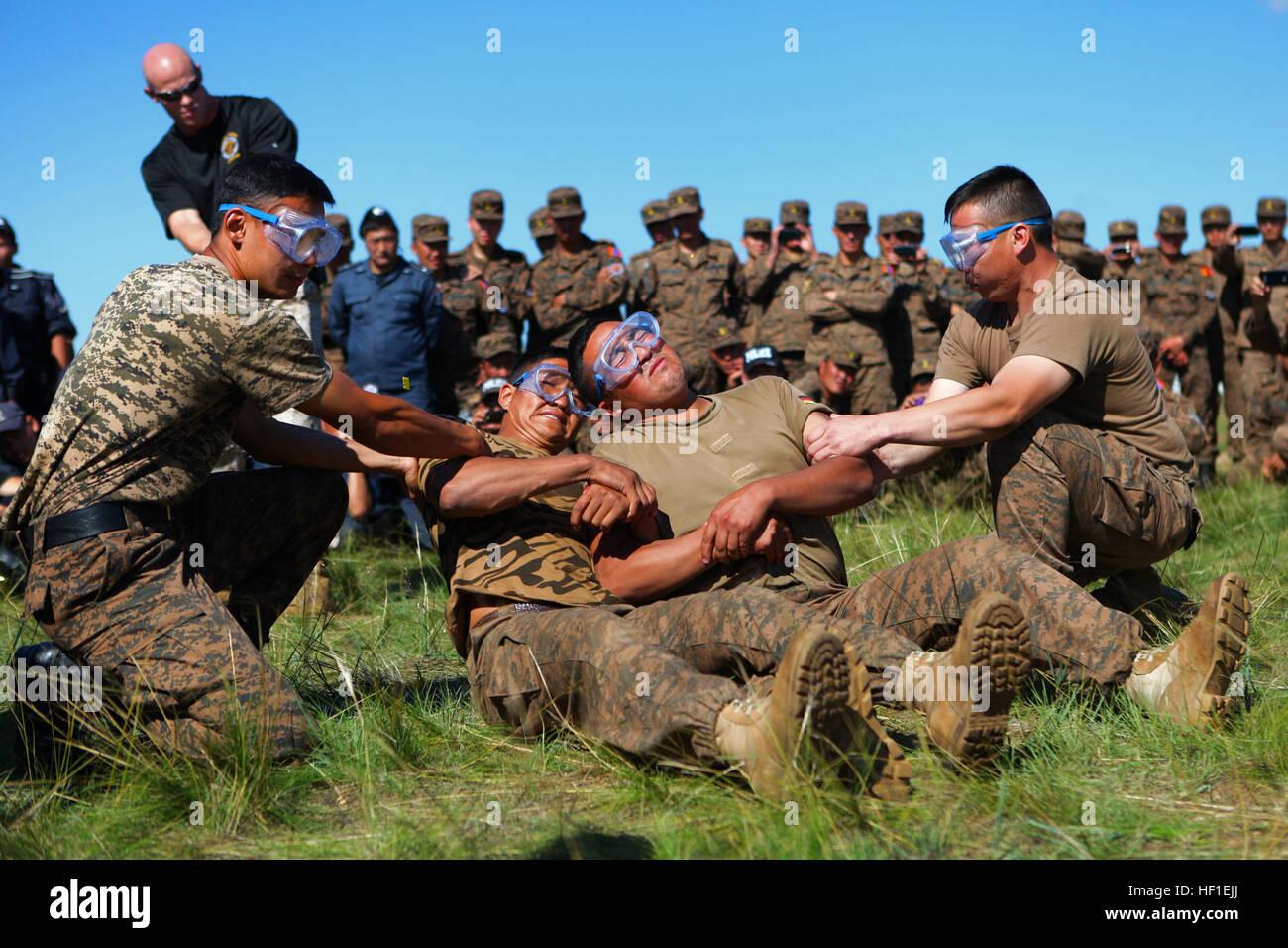 Los miembros del servicio con las fuerzas armadas de Mongolia demostrar a sus colegas y miembros de la Policía General Foto de stock