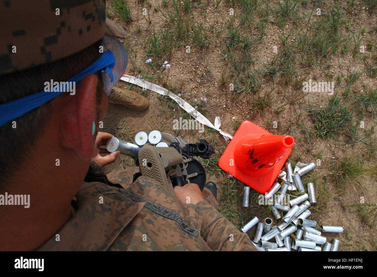 Un miembro de servicio de las fuerzas armadas de Mongolia se carga un non-lethal, 40 mm Bola de caucho granada hacia Foto de stock