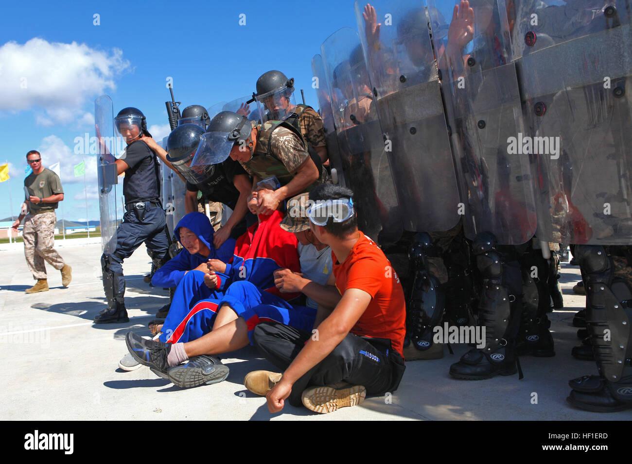 Los miembros del servicio con las fuerzas armadas de Mongolia ensayar pelotón tácticas que pueden ser empleadas Foto de stock