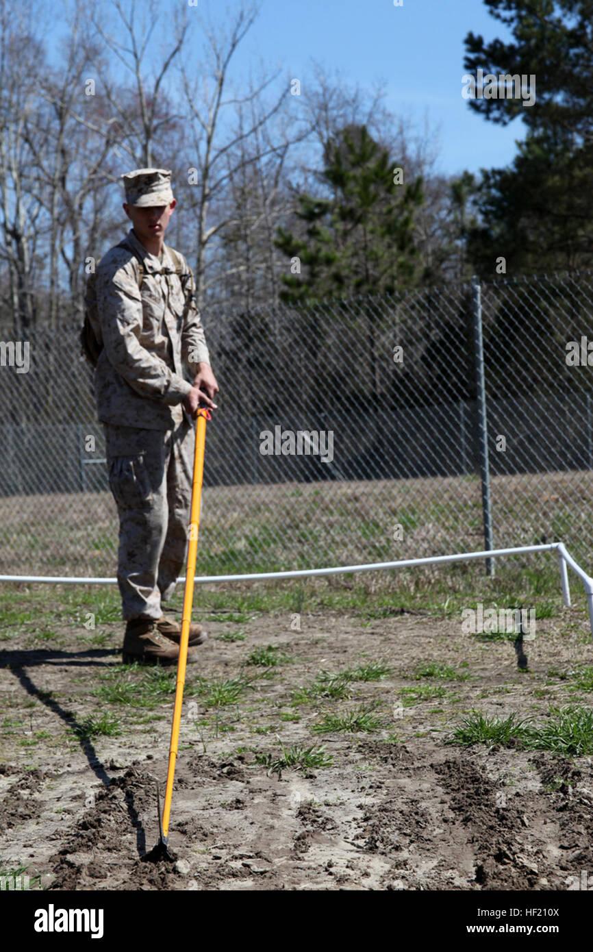 Lance Cpl. Creston madera prácticas técnicas para marcar la ubicación exacta de un dispositivo explosivo Imagen De Stock