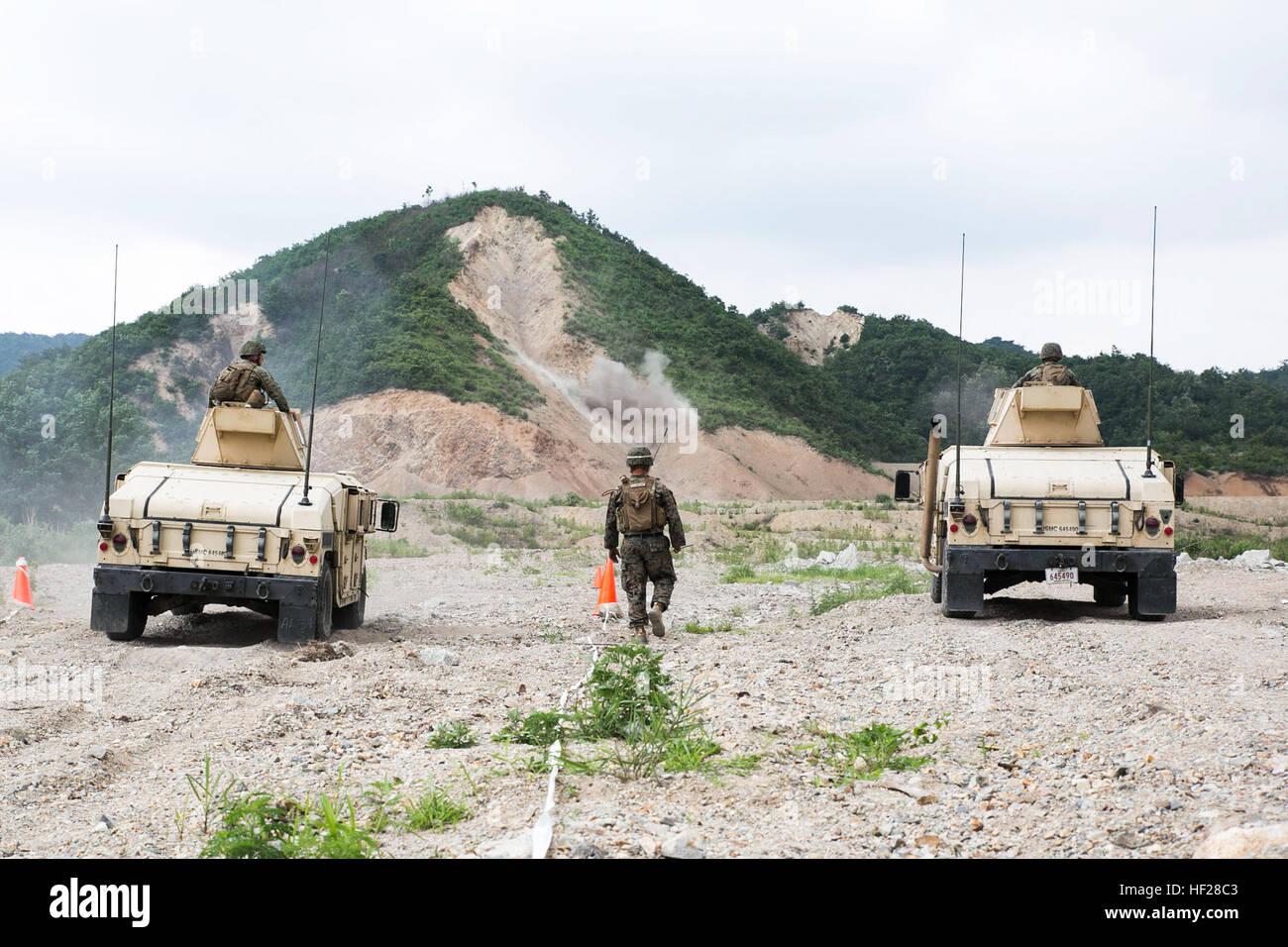 La República de Corea y los Marines de Estados Unidos maniobra en Humvees mientras dispara downrange durante el movimiento de entrenamiento con fuego vivo el 18 de junio como parte del programa de intercambio marinos coreanos 14-8 en la gama Susungri en Pohang, Corea del Sur. El rango de los infantes de marina dio una mejor perspectiva sobre las dificultades de disparos desde vehículos en movimiento. 14-8 KMEP combinada es un pequeño ejercicio de adiestramiento de la unidad que realza la preparación para el combate y la interoperabilidad de ROK y fuerzas de infantería de marina de los EE.UU. Los Marines son con 3º Batallón, la Ley III del Cuartel General de la Fuerza Expedicionaria de la Marina, Grupo III MEF. Los infantes de marina son ROK con Foto de stock