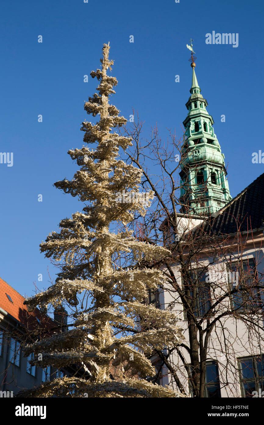 Dinamarca, Copenhague, Højbro plads, Mercado de Navidad, Árbol de navidad artificial y el chapitel de la iglesia San Nicolás antiguo Foto de stock
