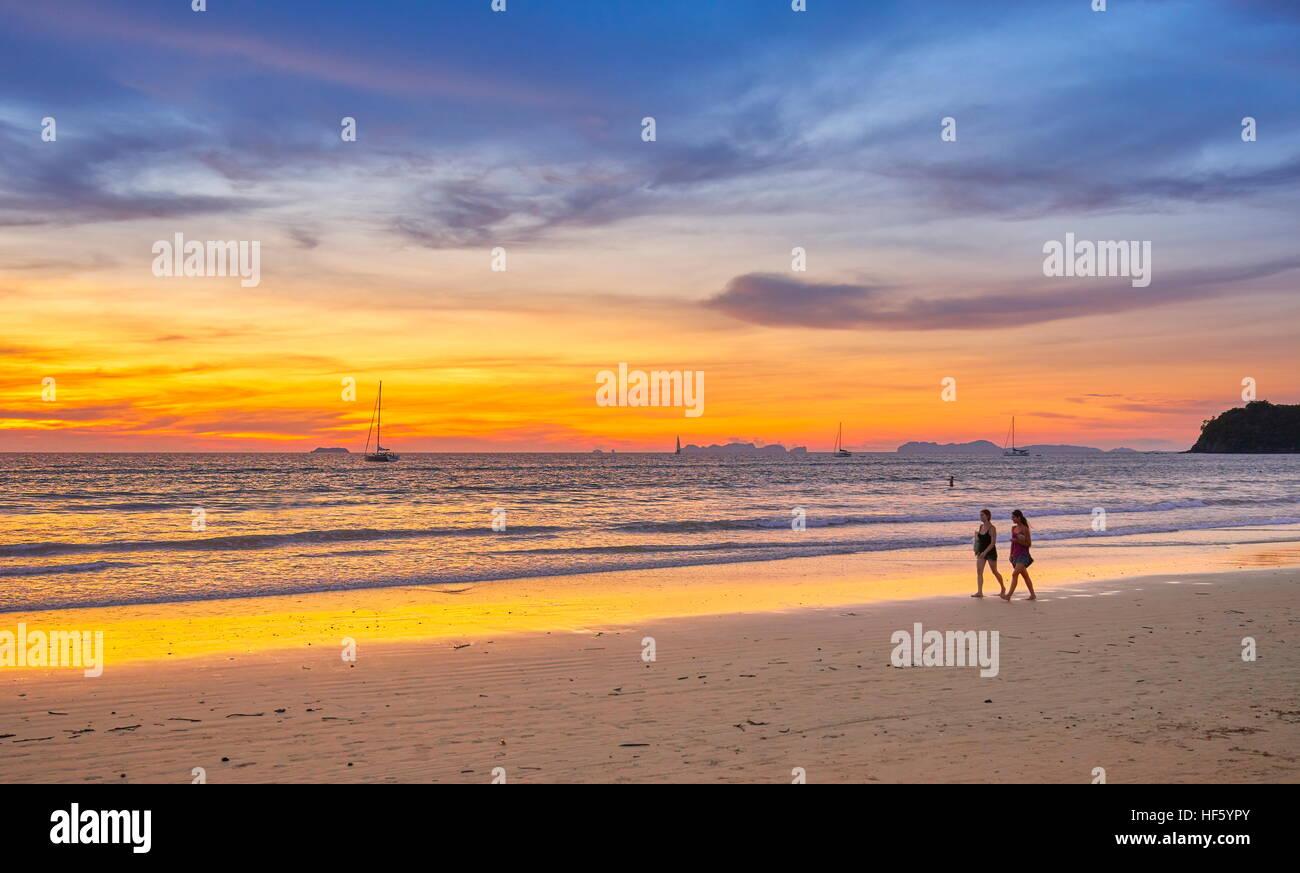 Playa en Ko Lanta Island al atardecer, la provincia de Krabi, Tailandia Foto de stock