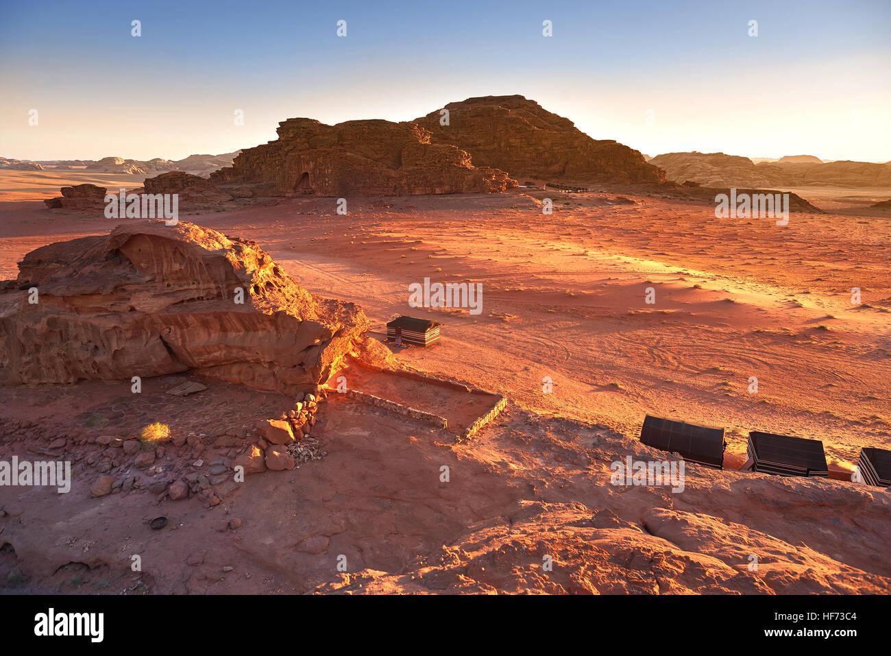 Vista panorámica de Wadi Rum contra el cielo claro durante el amanecer, el desierto de Arabia, Jordania Imagen De Stock