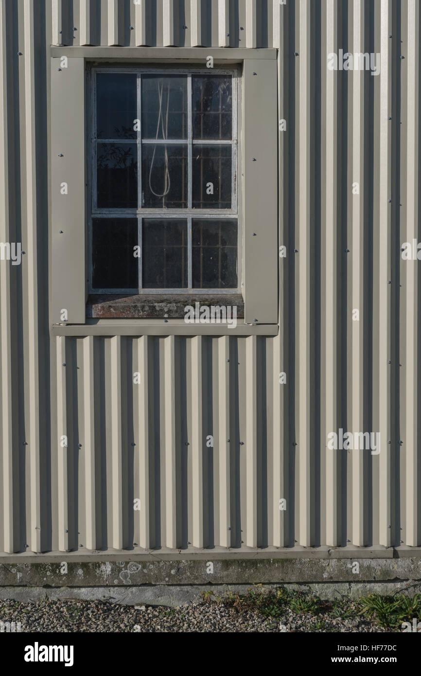 Pared exterior y ventanas de una \'unidad\' o taller en un polígono ...