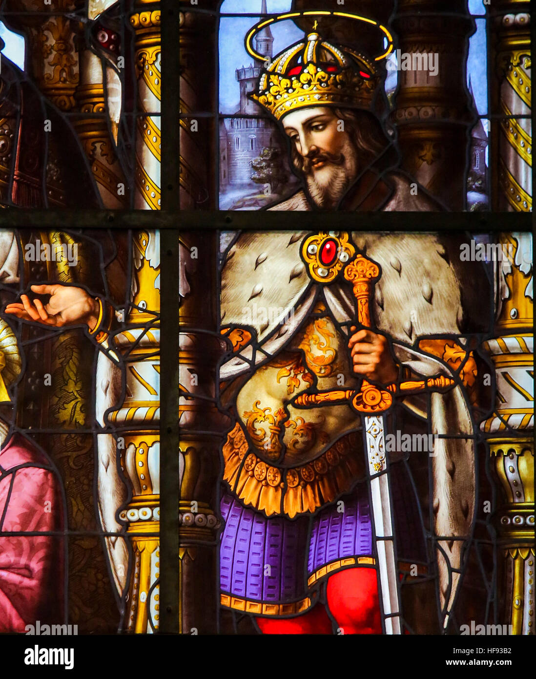 Vidriera representando a San Luis (rey Luis IX de Francia), en la Iglesia de San Nicolás en Gante, Bélgica Foto de stock