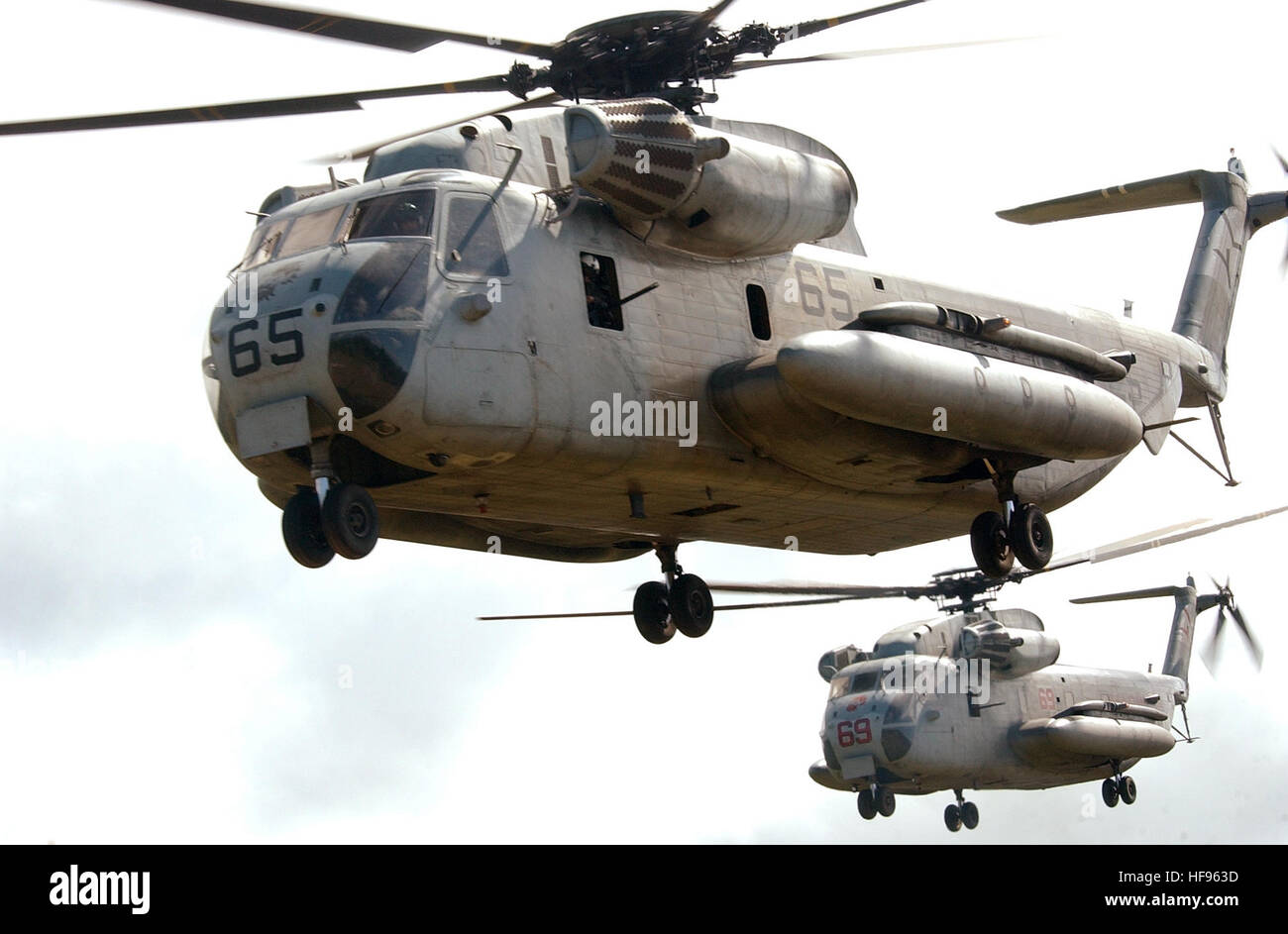 040717-N-6932B-204 Kahuku Area de Formación Oahu, Hawaii (17 de julio, 2004) - tipo CH-53D Mar Stallion helicópteros asignados a la Marina LionsÓ ÒRed escuadrón de helicópteros pesados tres seis tres (HMH-363) acercarse a una zona de aterrizaje para la inserción de una fuerza de rescate marítimo del 3º Regimiento de la Infantería de Marina Marine Corps Base Hawaii, durante una recuperación táctica de aeronaves y personal (TRAP) Ejercicio en apoyo de Rim del Pacífico (Rimpac 2004). RIMPAC es el mayor ejercicio marítimo internacional en las aguas alrededor de las Islas Hawaianas. El ejercicio de este año incluye siete naciones participantes; Australia, Canad Foto de stock