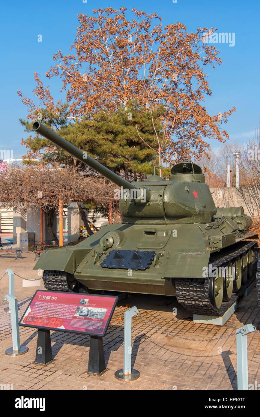 Tanque Medio T-34 en el Museo Conmemorativo de la guerra de Corea, en Seúl, Corea del Sur Foto de stock