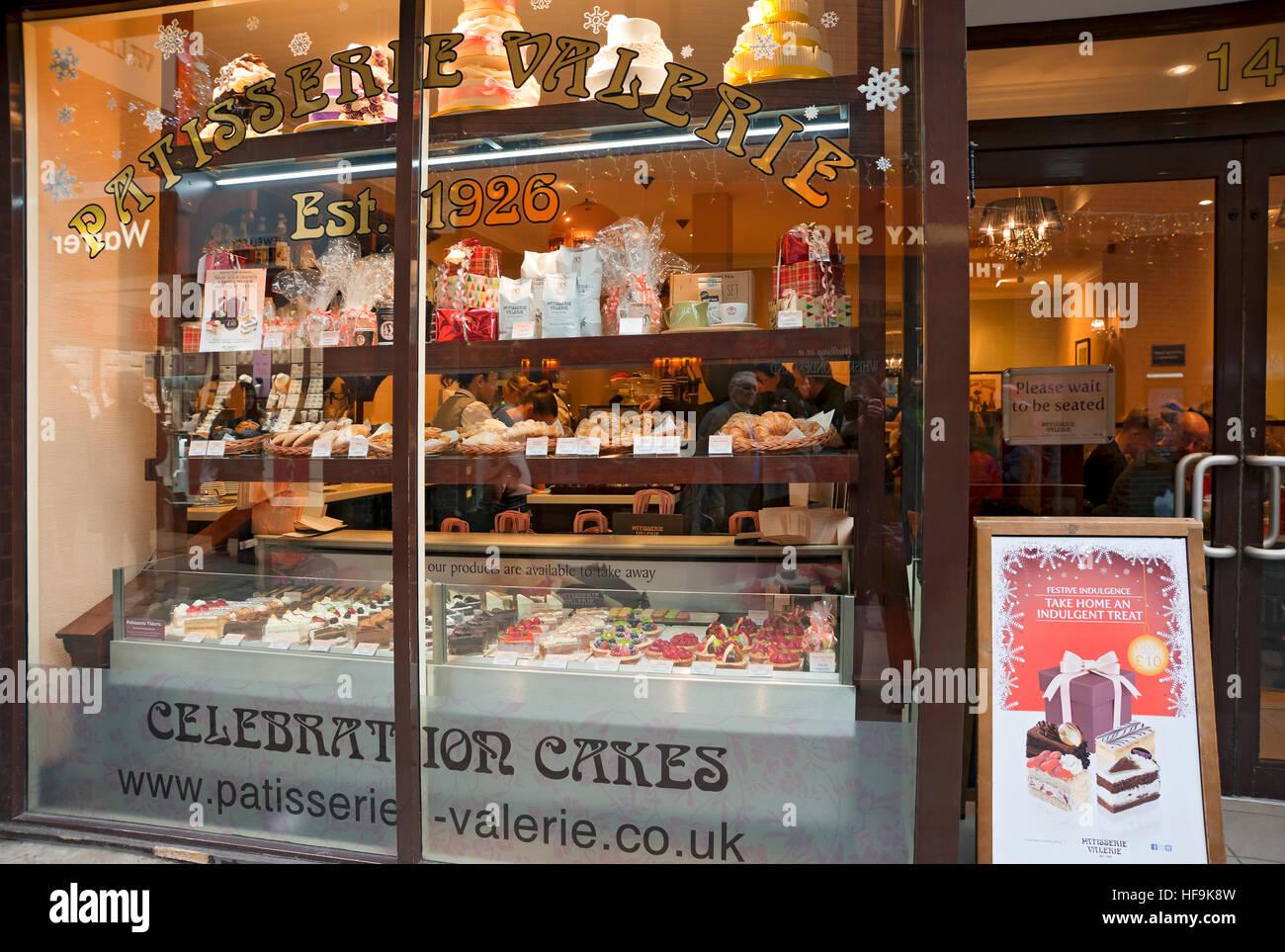 Pastelería Valerie panadería pastelería tienda de pasteles ventana York North Yorkshire Inglaterra Reino Unido GB Foto de stock