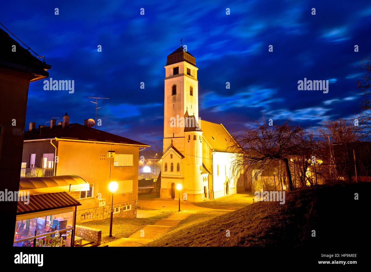 Krizevci histórica catedral noche ver, Prigorje región de Croacia Imagen De Stock