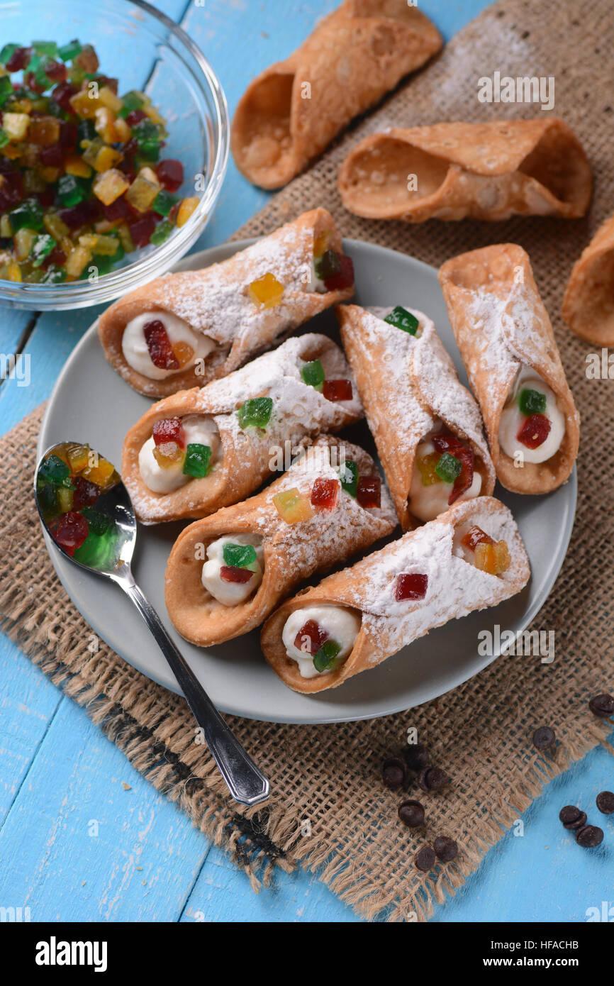 Cannoli Sicilianos con fruta confitada - postre italiano tradicional Imagen De Stock