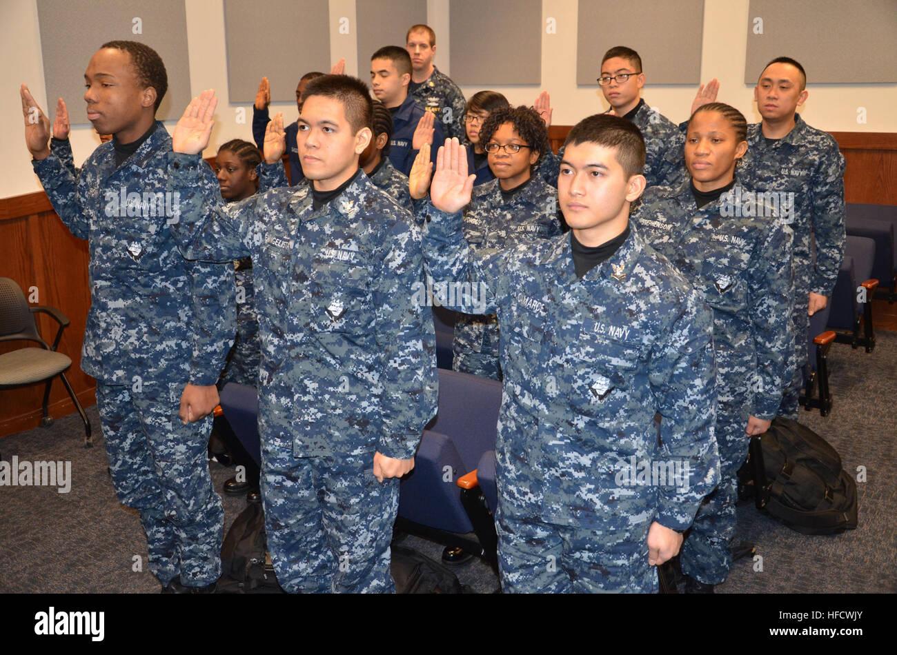 Grandes Lagos, malos (Ene. 23, 2013) veintiún reclutas en la formación de los reclutas comando (RTC) el juramento de lealtad a convertirse en ciudadanos de los Estados Unidos. Desde 2010, los Servicios de Inmigración y Ciudadanía de EE.UU., en asociación con el RTC, ha acelerado la ciudadanía para más de 1.650 reclutas en el campamento de entrenamiento. (Ee.Uu. Navy photo by Brian Walsh/liberado) 130123-N-BN978-012 Únase a la conversación http://www.facebook.com/USNavy http://www.twitter.com/USNavy http://navylive.dodlive.mil recluta a convertirse en ciudadanos estadounidenses. (8414177838) Foto de stock