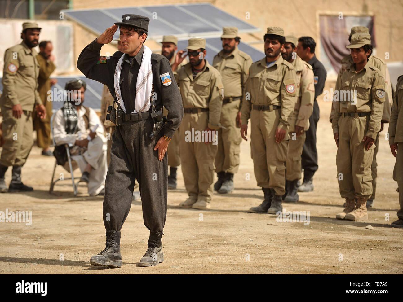 un instructor de la policía nacional afgana lleva los reclutas de la