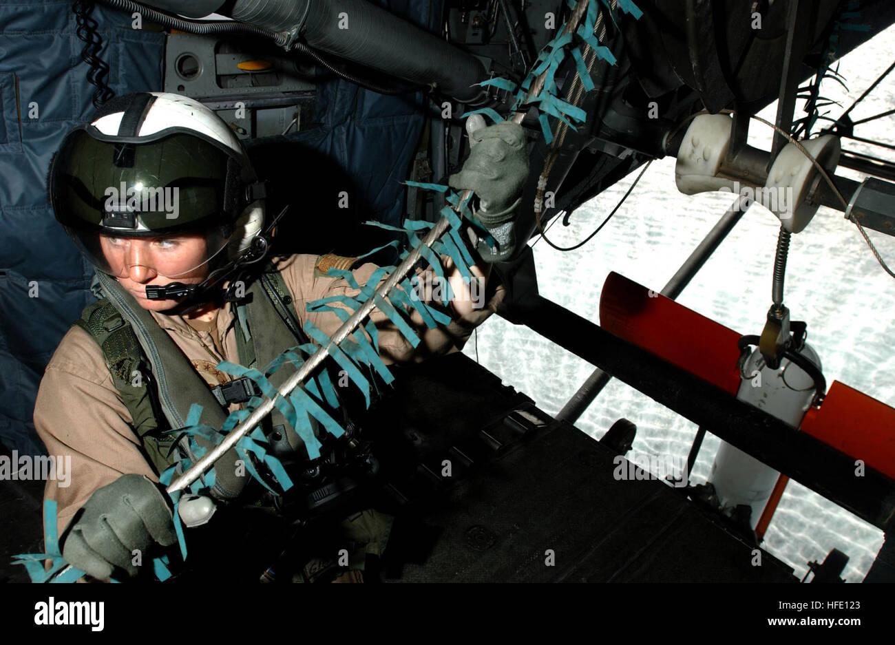 040618-N-7586B-010 Bahrein (Jun. 19, 2004) - Aviation Electronics Technician Cassie Gibson saca el cable de remolque de un/AQS-14 Unidad sumergible de detección de minas desde la rampa de un dragón marino MH-53 helicóptero asignado al 'Blackhawks' de Mina escuadrón de helicópteros contramedidas uno cinco (HM-15) durante la remoción de misiones de caza como parte de un ejercicio bilateral en la quinta flota teatro. El ejercicio probado un número o zonas de guerra, comprenden la remoción de contrarrestar las medidas anti-aire, superficie y submarinos, electrónicos y de desactivación de artefactos explosivos. Navy photo by Mate del fotógrafo de primera clase, Bart A. Bau Foto de stock