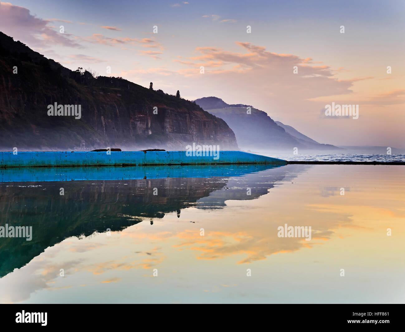 Waterfront natural resistente línea de acantilados de la costa del Pacífico en Australia a lo largo de Imagen De Stock