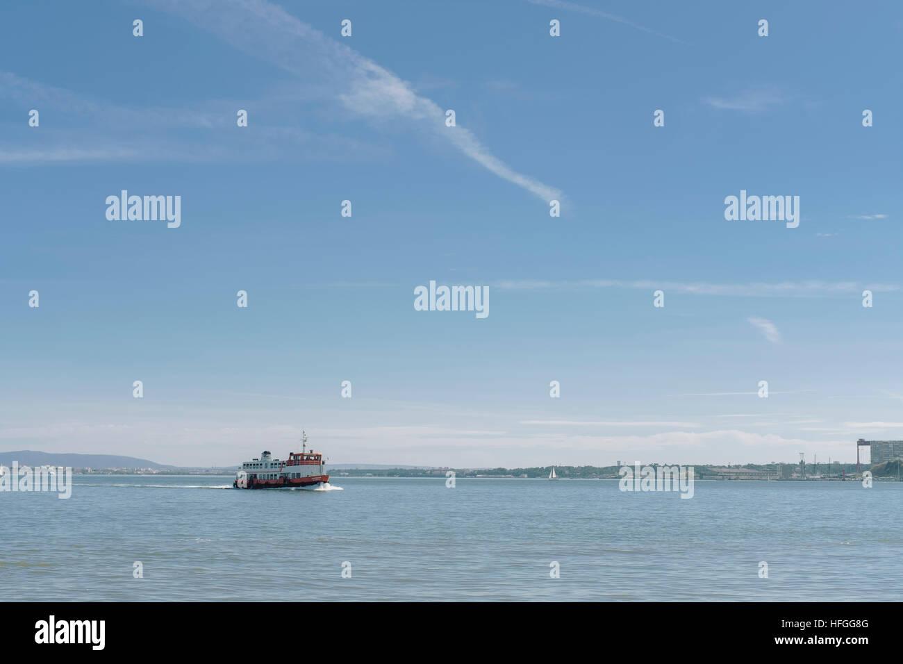 Ferry sobre el río Tage Foto de stock