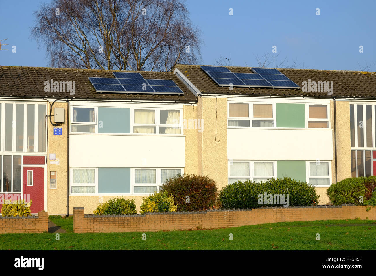Paneles solares en el tejado de un edificio de apartamentos de 1960 Imagen De Stock
